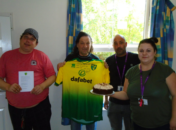 norwich city fans holding cake